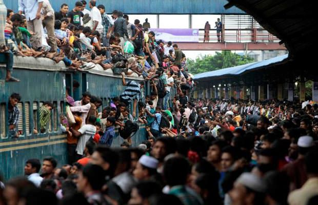 overcrowded station in india